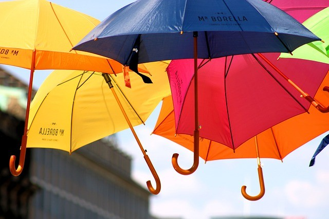 skėčiai su logotipu, oras, saulė
